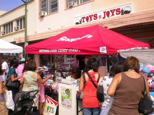 Toys N Joys Kaimuki : Huge crowds check out the toys n joys booth at